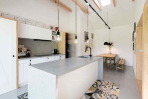 Kuchyň s bílou linkou a dřevěnou lavicí
