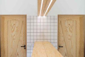 Překližkové dveře v koupelně se zrcadlem