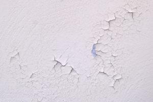 Vlhká popraskaná stěna