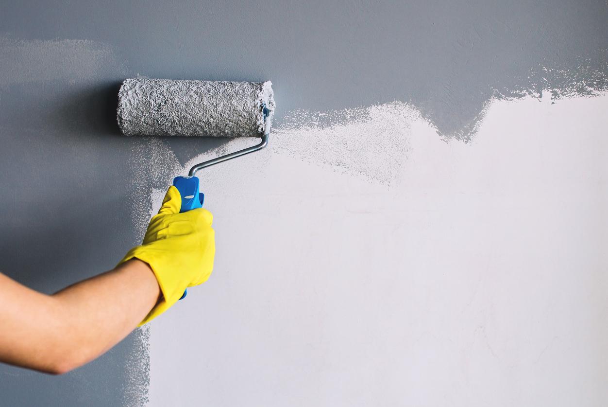Natírání stěny na šedo