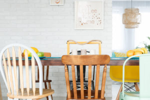 Upcyklované židle v jídelně