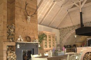 Jídelna s vysokým stropem v starodávným domě