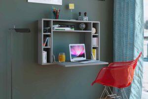 Závesný stolek v domácí minipracovně