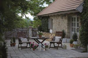 Terasa před kamenným domem se sezením