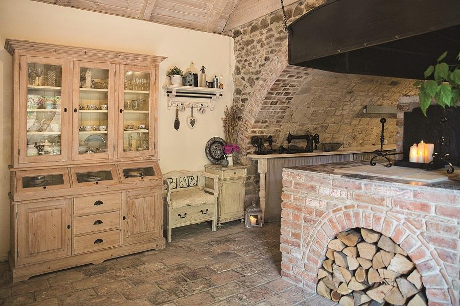 Cihlová pec v kuchyni starodávného domu