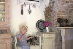 Lavička v starodávné kuchyni s devčátkem