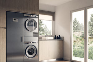 Práčka a sušička v technické místnosti