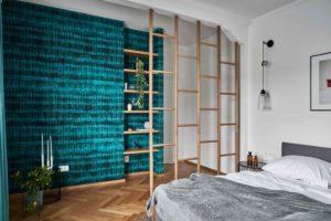 Tyčový paravan v ložnici se zelenou stěnou