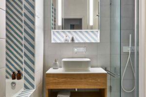 Koupelna s geometrickými dlaždicem