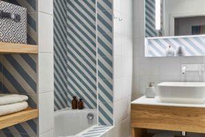 Koupelna s geometrickými dlaždicemi