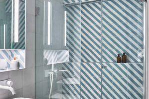 Koupelna s geometrickým obkladem