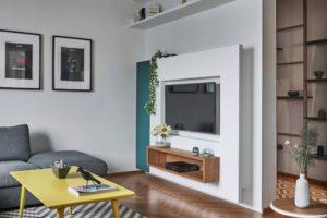 Minimalistický obývák se žlutým stolkem