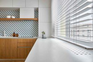 Drevěná kuchyň s bílou parapetou
