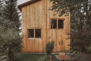 Dřevěný dům se zahradou a sezením v lese