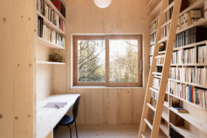 Knihovna s řebříkem a pracovna v chatě