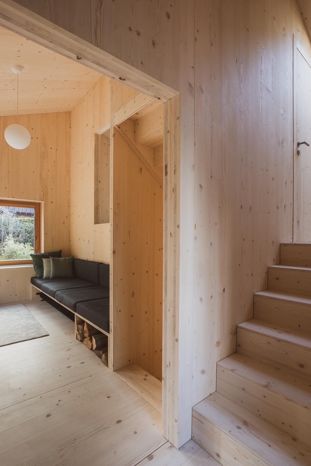 Chodba v chatě se schodiskem