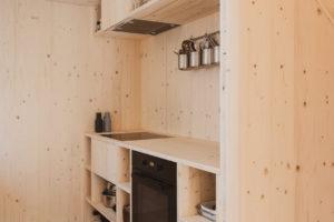 Drevěná kuchyň v chatě