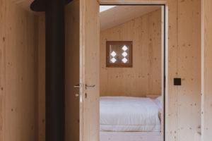 Pohled do ložnice z chodby v chatě
