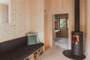 Kamna na dřevo v obývacím pokoji v chatě