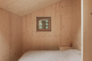Drevěná ložnice v podkroví