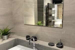 Hnědá koupelna s velkým zrcadlem