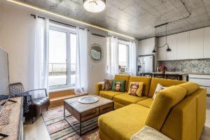 Žlutý gauč v obývacím pokoji