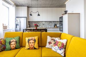 Kuchyň se žlutým gaučem