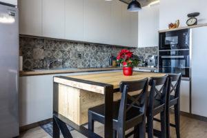 Kuchyň s barovými židlemy