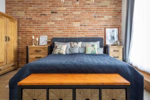 Ložnice s tehlovou stěnou