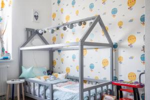 Dětský pokoj s domečkovou postelí