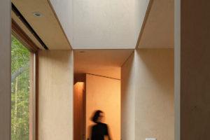 Malá úzká ložnice so skleněným stropem