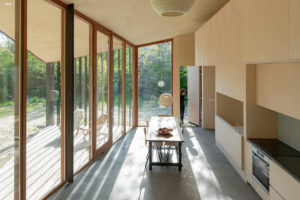 Velká otevřená kuchyň v proskleném víkendovém domě