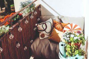 Polštáře a stolek na balkóně