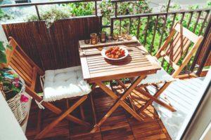Balkon s drevěným sezením