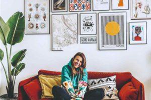 Blogerka Joanna Banaszewska na rudém gauči s obrazmi