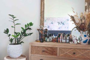 Komoda v ložnici se zrcadlem