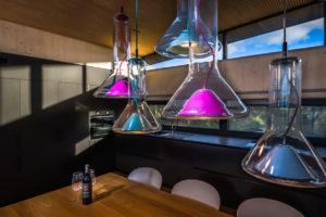 Dizajnový lustr nad jídelním stolem