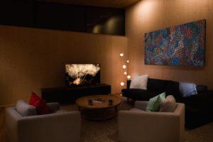 Obývací pokoj s drevěnými stěnami