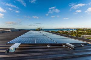 Solární kolektory na domě při moři