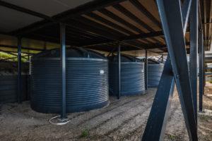 několik velkoobjemových nádrží na sběr dešťové vody