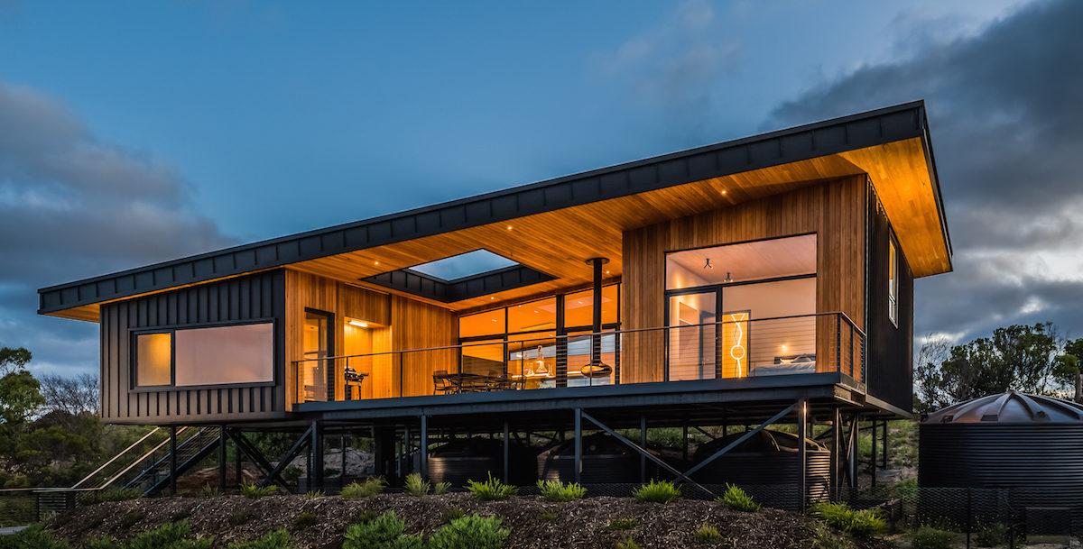 Čeští architekti postavili na dálku soběstačnou dřevostavbu. Využívá solární energii a dešťovou vodu