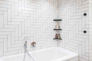 Bílá koupelna s geometrickým vzorem