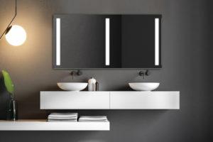 Dizajnové zrcadlo nad dvěma umyvadly
