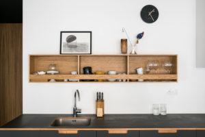 Otevřená výstavná police v kuchyni nad linkou