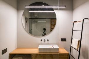 Koupelna s velkým zrcadlem