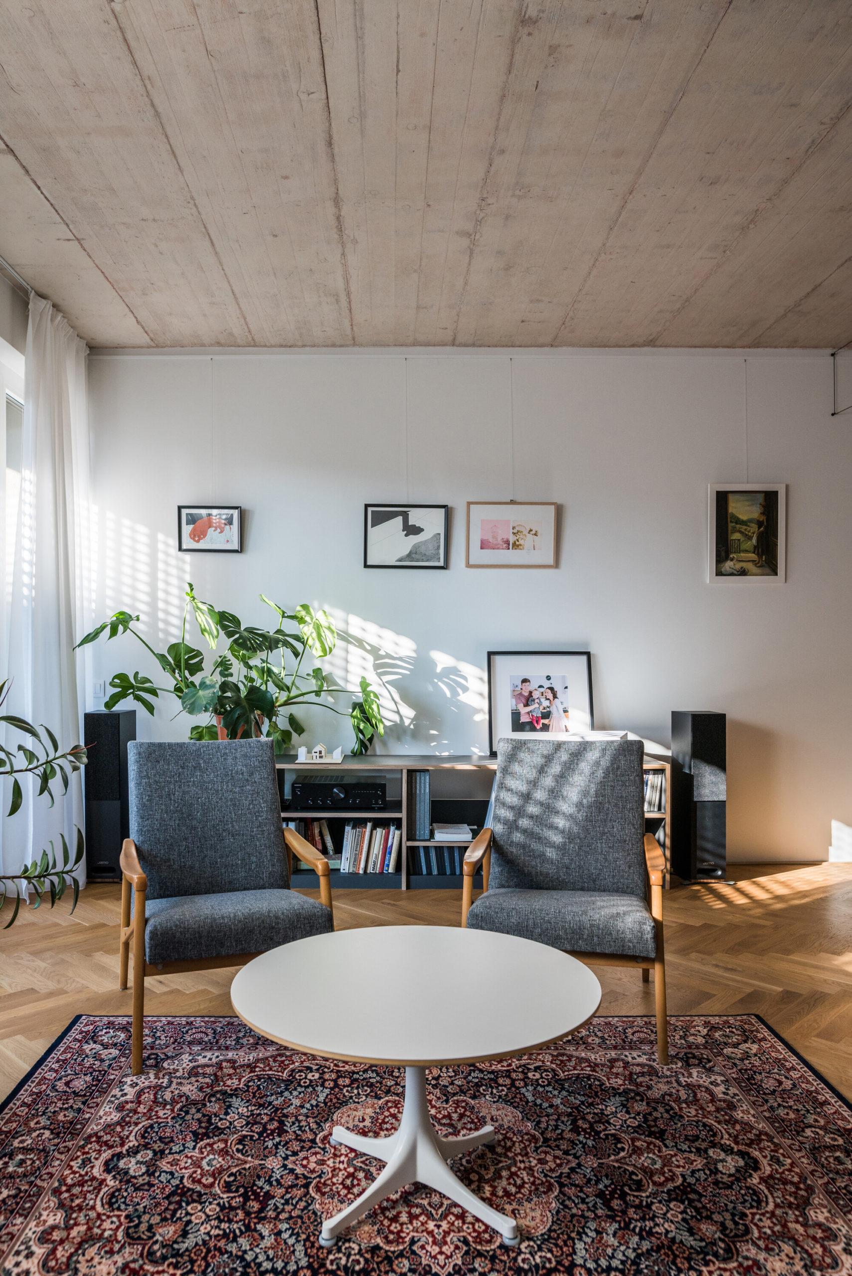 Betónový strop v obývaku s retro křeslami