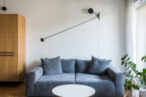 Modrý gauč v obývacím pokoji s kobercem