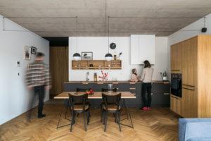 Kuchyň v dřevěné a černé