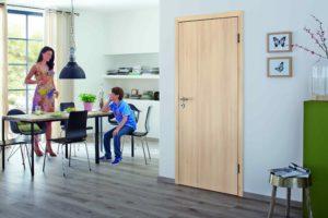 Dřevěné dveře v jídelně s chlapcem a ženou