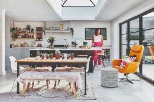 Barevná utulná kuchyň v anglickém městkém domě